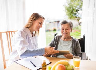 Hilfsmittel für Senioren wie der Alltag leichter bewältigbar wird