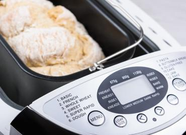 Mittels einer Brotbackmaschine von zuhause selbst Brot backen
