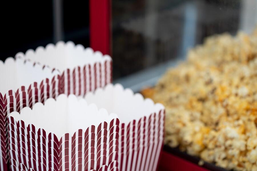 Mit einer Popcornmaschine Snacks wie im Kino genießen