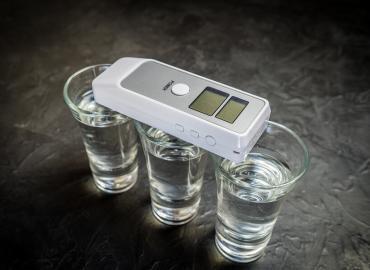 Alkoholgehalt einer selbstgebrauten Spirituose genau bestimmen mittels eines Alkoholmeter