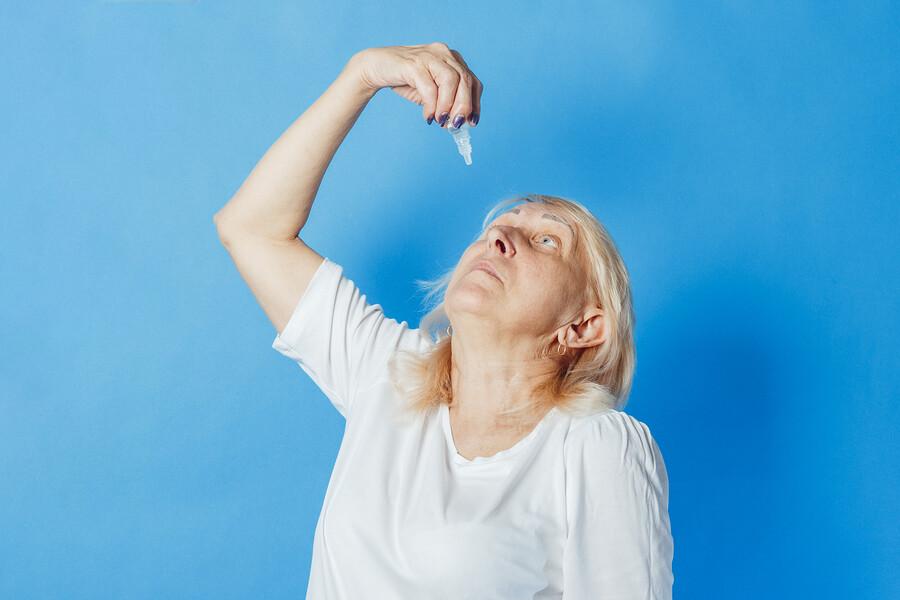 Mit der Augentropfen-Hilfe leichter das Sehorgan behandeln