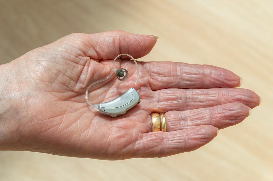 Mit einer Hörhilfe durch den Alltag