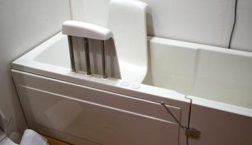 Sichere Körperpflege mit einem Badewannensitz