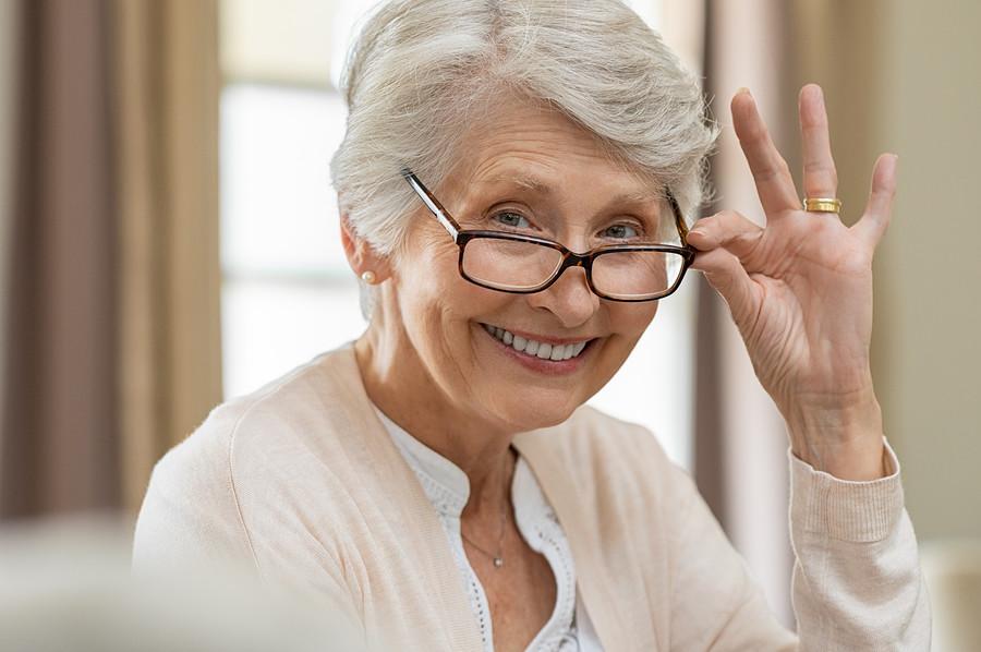 Mittels einer Vergrößerungsbrille zum besseren Durchblick