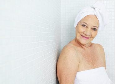 Mit einer Badewannenstufe zur sicheren Körperpflege